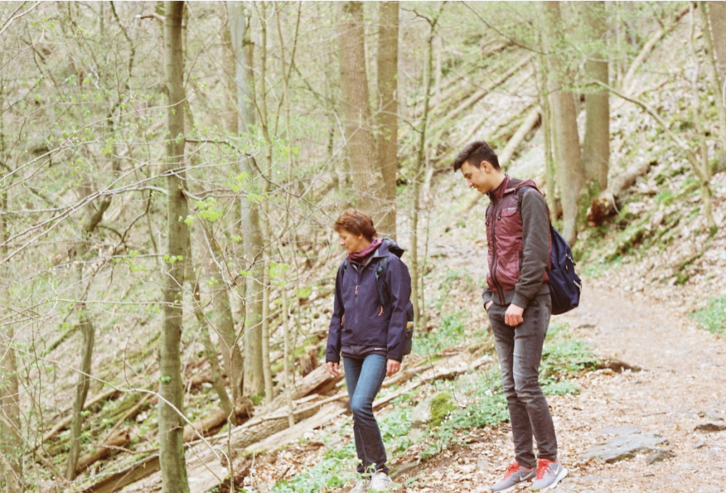 4月、ハイキング中のHelgardとAmin