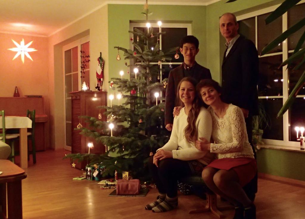 クリスマス、Jörg と切ってきたクリスマスツリーの前で
